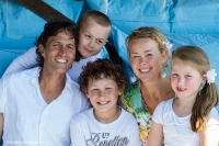Familieportret, gemaakt op locatie met bestaand licht | can_7118