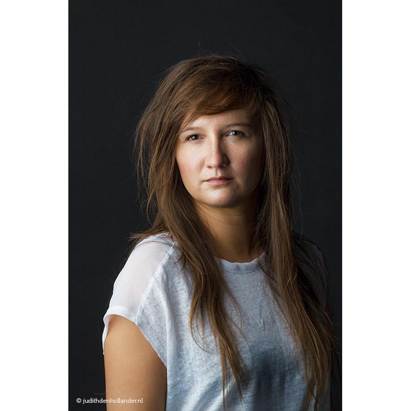 Klassiek-portret-jonge-vrouw-lang-haar-zwarte-achtergrond_Sthr©JDH_8324FAv2web800
