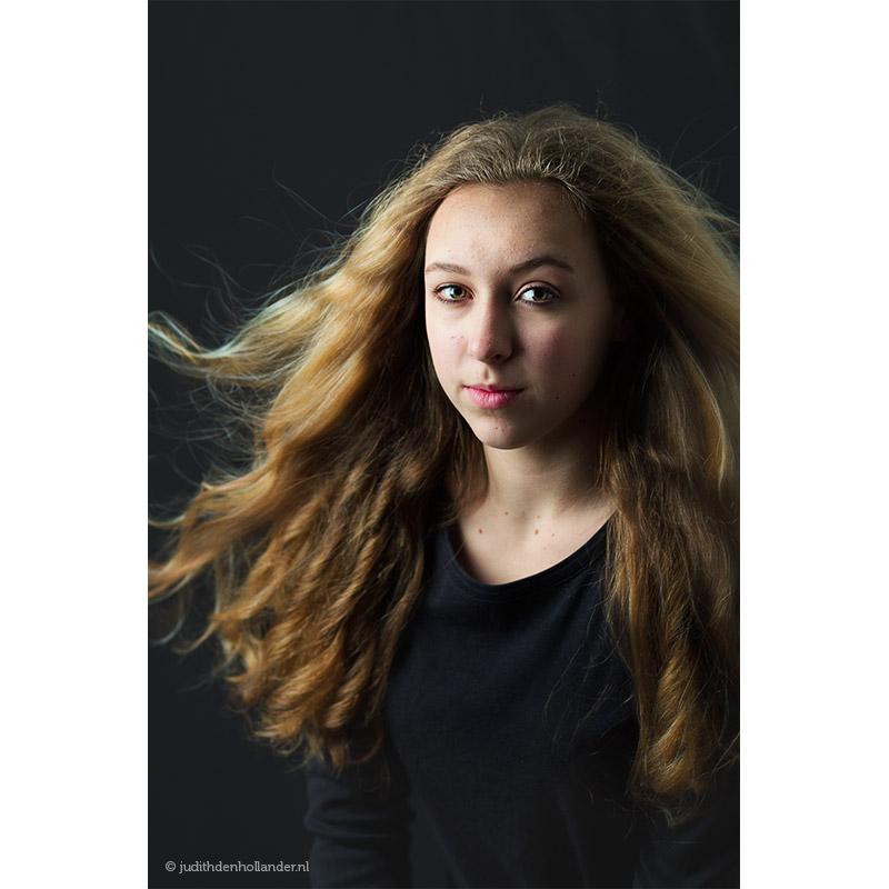Klassiek-portret_jonge-vrouw-lang-haar-blond-zwart_Kyl©JDH_0100v2web800