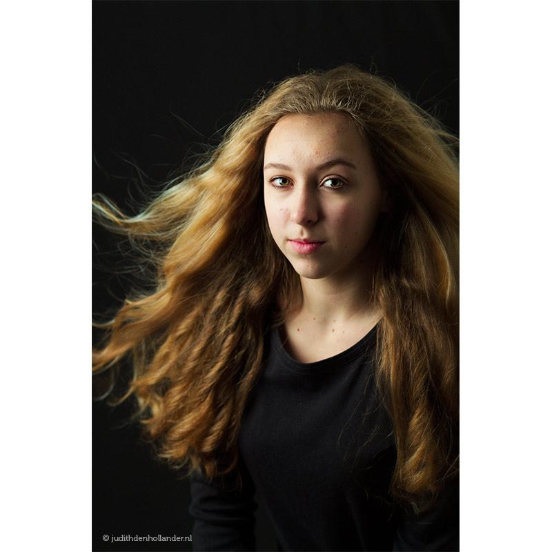 Klassiek-portret_jonge-vrouw-lang-haar-blond-zwart_Kyl©JDH_0100web800