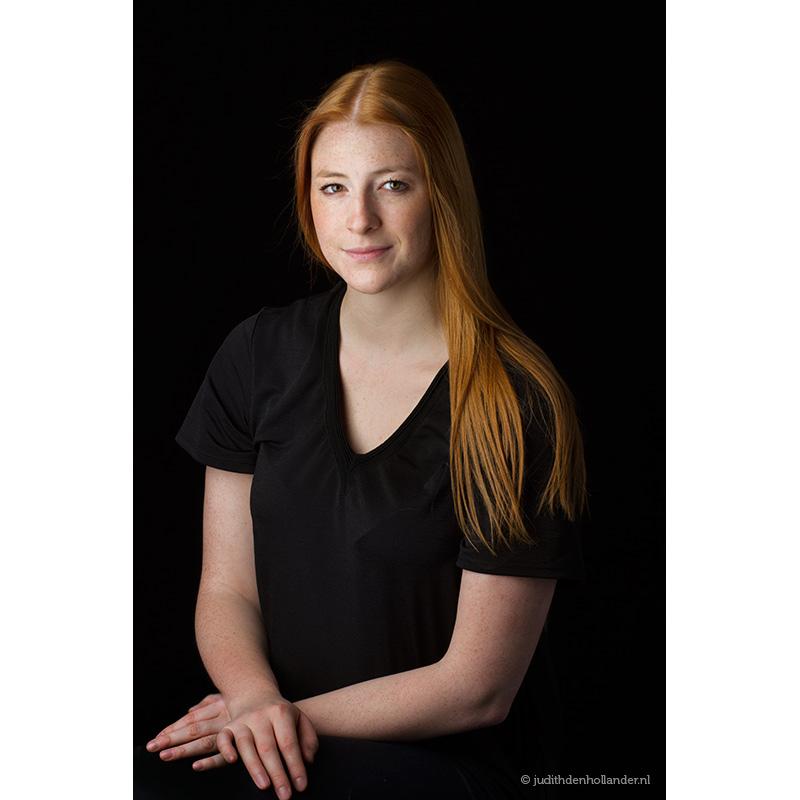 Mooi-klassiek-portret-jonge-vrouw-lang-rood-haar_WM©JDH_2910v4web800