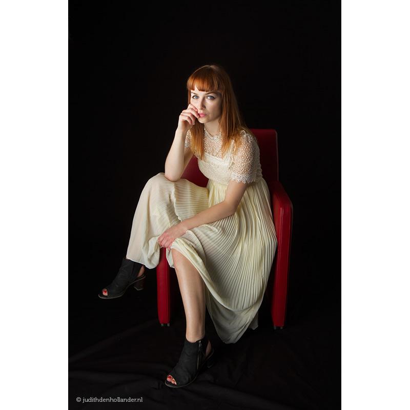 Studioportret-zangeres-in-rode-stoel_LM©JDH_0081web800