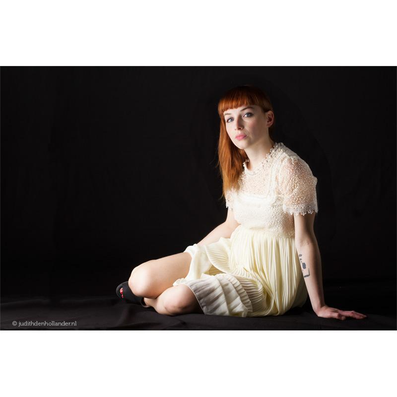 Studioportret_zangeres-zittend-op-grond_LnMrs©JDH_01620158webv3web800