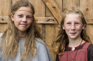Dubbelportret, spontaan | Portrait of 2 Viking girls. Made in Sweden by Judith den Hollander. All rights reserved.