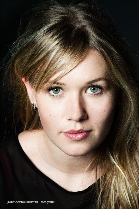 Beauty Glamour Portret van een jonge vrouw | Hoofd-schouders portretfoto | Portretfotograaf Judith den Hollander.