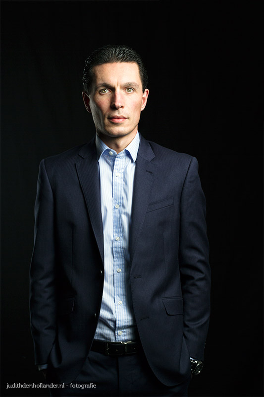 Goed-Zakelijk-Portret | CorporatePortrait | Zakelijke Profielfoto | Studioportret - Portretfotograaf Judith den Hollander | Zakelijk Portret. Goed belicht in de fotostudio.