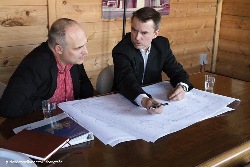 Fotografie Zakelijk, Commerciële Bedrijfsfotografie.  Bedrijfsreportage. Directeur en client zijn in bespreking.