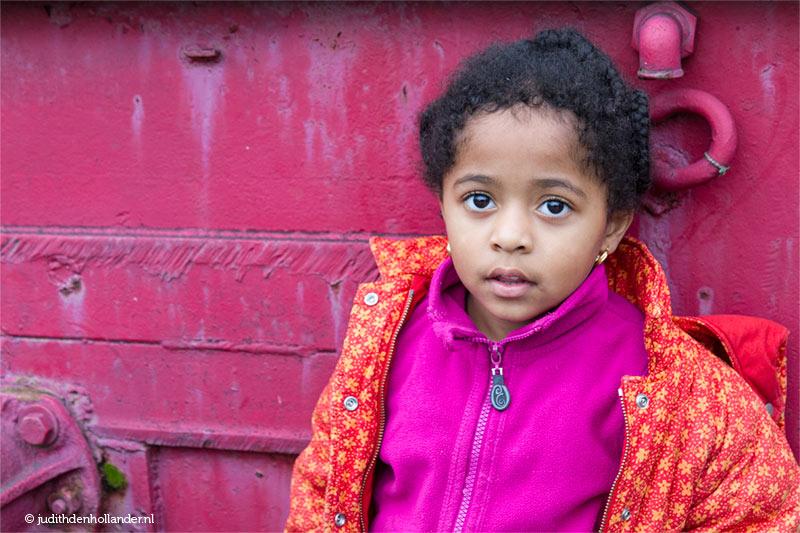 Kinderportret met veel kleur   Daglicht portret van een meisje   Portretfotograaf Judith den Hollander.