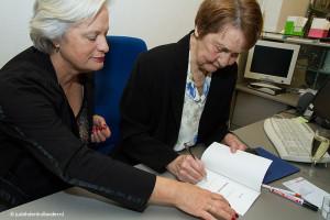 Maria van Loon en Inge Tielman - presentatie gedichtenbundel MG_9970web | Goede sociale fotoreportage.
