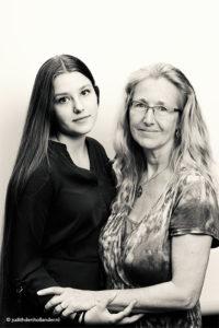 Goed Dubbelportret van moeder en dochter | Familieportret in zwart-wit | Fotografie Judith den Hollander, Haarlem en Maastricht.