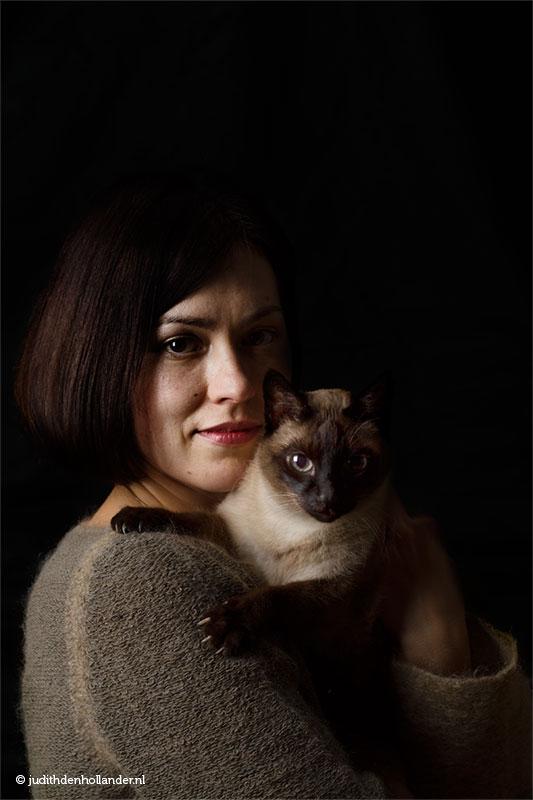 Dubbelportret | Mens en gezelschapsdier | Double portrait, beautiful young woman with cat | Dubbelportret van een jonge vrouw met haar geliefde Siamese kat | Portretfotograaf Judith den Hollander (Haarlem, Maastricht).