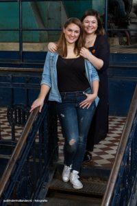 Dubbelportet van 2 vriendinnen, gemaakt op locatie (C-Mine) met 1 reportagefiltser en paraplu | Fotografie Judith den Hollander