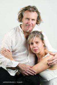 HighKey-ish Dubbelport van een man en vrouw | Portretfotografie Judith den Hollander.