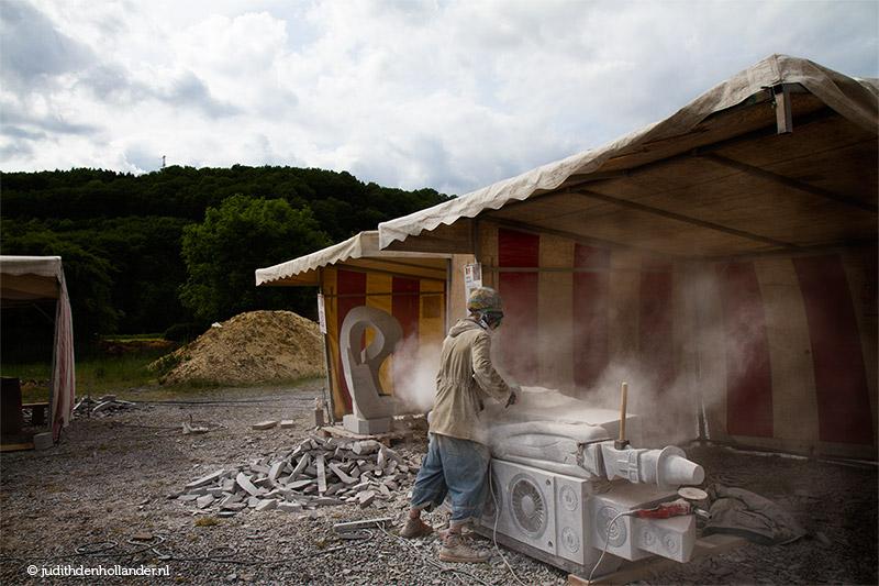 Locatieportret/Omgevingsportret©JudithdenHollander. Portret van een kunstenaar aan het werk. Sculptor at work in Barvaux s/O (5635webII)