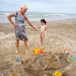 Oma en kleinkind op het strand _MG_8193web