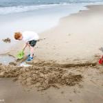 Jongens graven een geul op het strand _MG_8342web