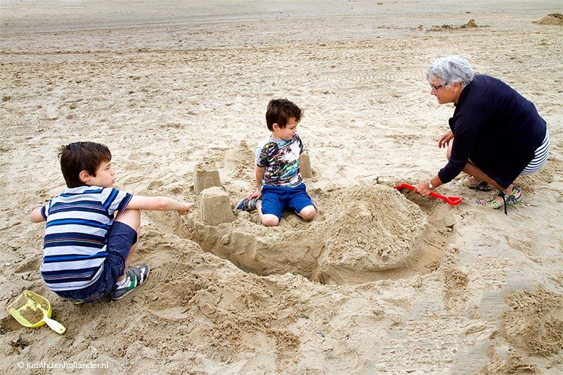 Kinderen en hun oma op het strand _MG_8364web