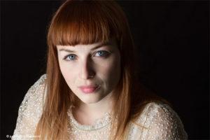 Mooi portret | Hoofd-schouder portret | Fotomodel met rood haar - Fine Art Portretfotografie Judith den Hollander.