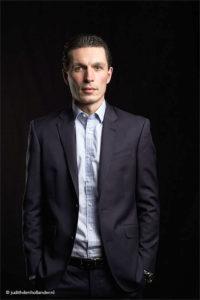 Zakelijke Profielfoto | Corporate | Zakelijk Portret | Jonge Manager strak in pak | Studioshoot | Fotografie Judith den Hollander..