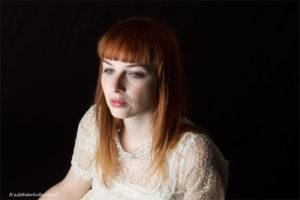Eigentijds portret van een mooie jonge vrouw met rood haar | Portretfotografie Judith den Hollander, Hasselt.