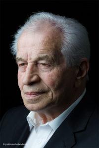 Individueel, klassiek portret. | Studioportret van Seniore Man - Portrettype hoofd-schouder. © Judith den Hollander