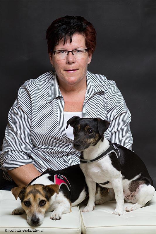 Portretserie Mens met geliefd huisdier | Seniore vrouw met 2 Jack Russell Terriers | Fotografie Judith den Hollander