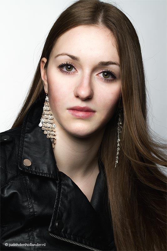 Glossy Portretfoto | Mooi Beauty Portret | Studioportret - Portretfotograaf Judith den Hollander (Hasselt, Haarlem, Maastricht).