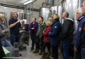 Nederlandse wijn   Vinificatie   Wijnkelder   Vrijwilligers krijgen na het wijnplukken een rondleiding en proeverij op St. Martinus.