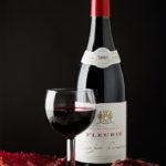 Rode wijn in glas bij wijnfles tegen een donkere achtergrond. Fotografie Judith den Hollander - Fotostudio Wittem, Zuid-Limburg.