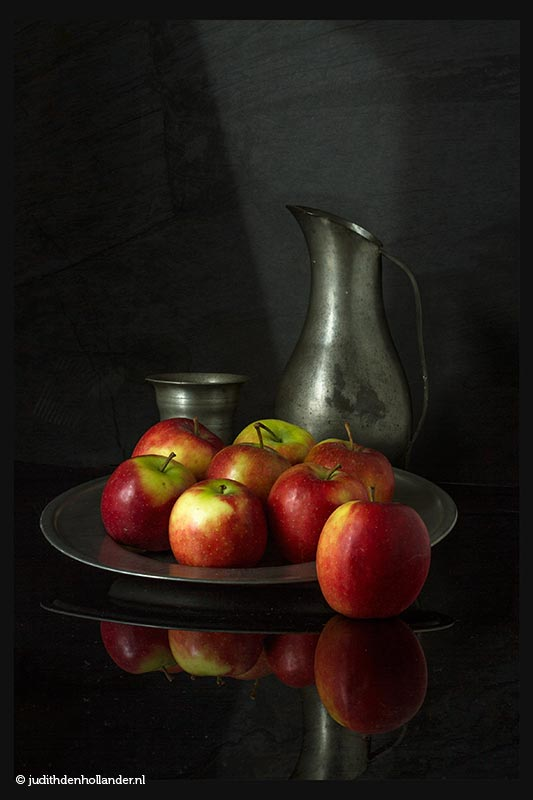 Oudhollandse kunst | Still Life Fine Art Food | Stilleven met appels op een tinnen bord, met kan en beker | Fine Art foto serie Judith den Hollander