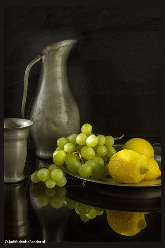 Ode en inspiratie Oudhollandse meesters | Still Life with Lemons and Grapes on Plate, Jug and Mug | Stilleven Oudhollandse stijl © Fine Art fotograaf Judith den Hollander
