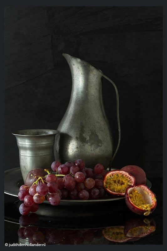 Stilleven met Rode Druiven en Passievruchten | Fine art fotografie Judith den Hollander