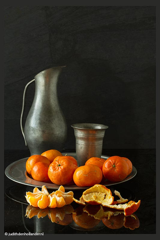 Serie Oudhollands | Fine Art Stillevens | Madarijnen op schaal © Judith den Hollander