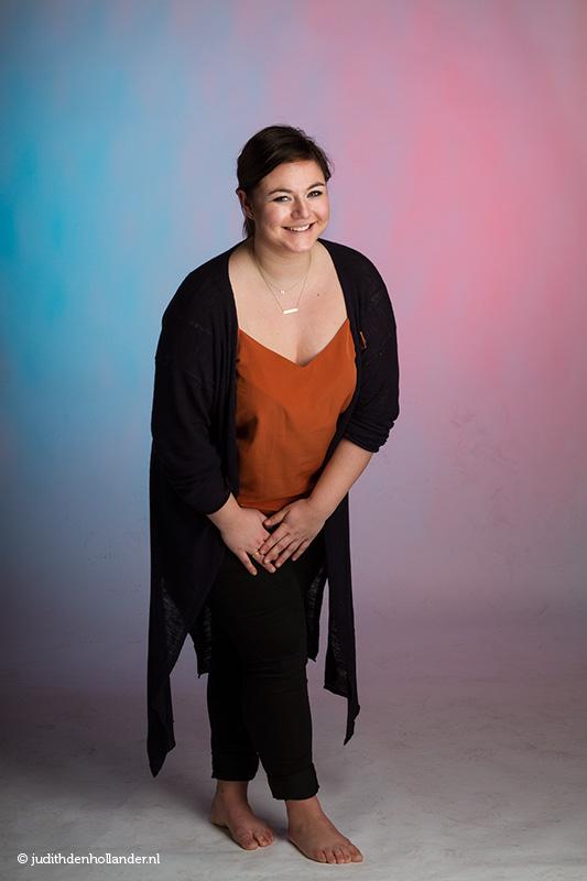 Studioportret met een blauw-rode achtergrond | JudithdenHollander.nl - fotografie