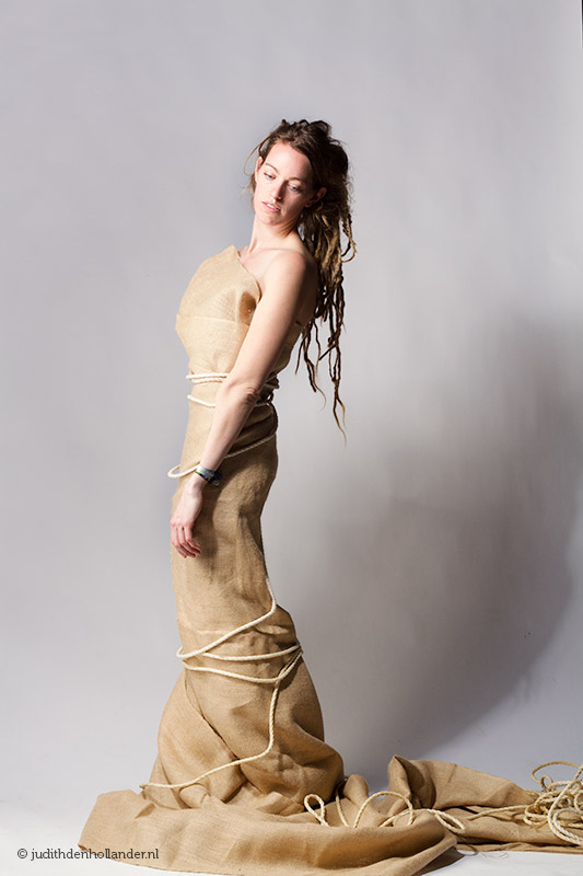 prachtig (fashion) portret van een mooie vrouw | grijze achtergrond | Portretfotografie Judith den Hollander