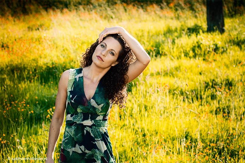 Buitenshoot | Portret gemaakt op locatie | Jonge vrouw in een weiland | Portretfotografie Judith den Hollander.