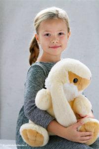 Kinderportret | Meisje met knuffel | Daglicht portret | Fotografie Judith den Hollander.