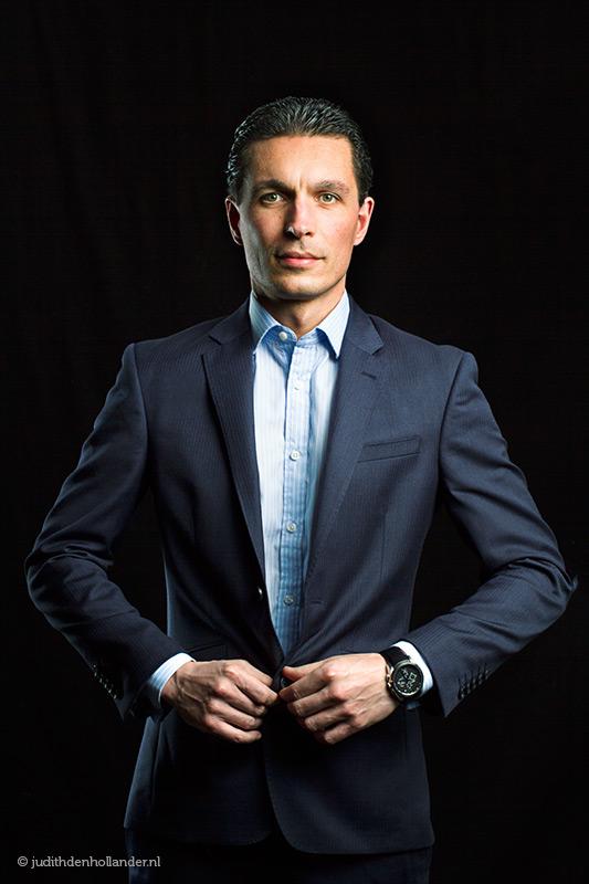 Corporate in suit | Zakelijk portret | Executive in pak | Portretfotograaf Judith den Hollander.