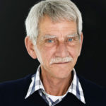 Profielfoto Haarlem | Daglicht portret van een seniore man tegen een zwarte achtergrond | Portretfotograaf Judith den Hollander, Haarlem.