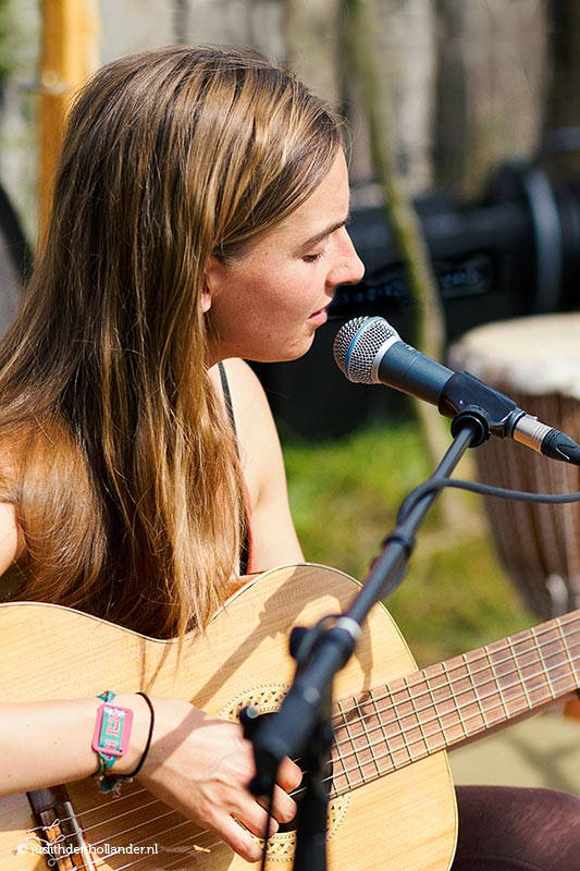 Daglicht portret. Personal Branding Portretfoto van singer-songwriter  Jeska tijdens haar optreden.