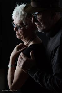 Mooi dubbelportret van vrouw en man, lowkey opname | Portretfotograaf Haarlem, Maastricht - Judith den Hollander.
