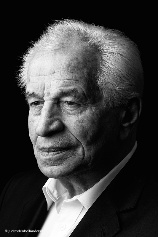 Klassiek portret in zwart-wit van een seniore man | daglicht portret | Portretfotograaf Judith den Hollander (Hasselt, Maastricht, Haarlem).