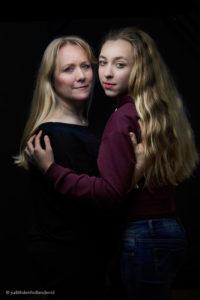 Mooi klassiek portret van moeder en dochter | Studioportret | Fine art fotograaf Judith den Hollander.