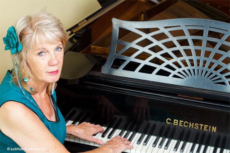 Personal branding portret van een pianiste voor haar vleugel. Portretfotograaf Judith den Hollander, Haarlem en Maastricht.