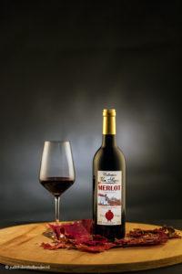 Productfotografie | Sfeervol beeld van een Wijnfles en een wijnglas | Fotograaf Judith den Hollander.
