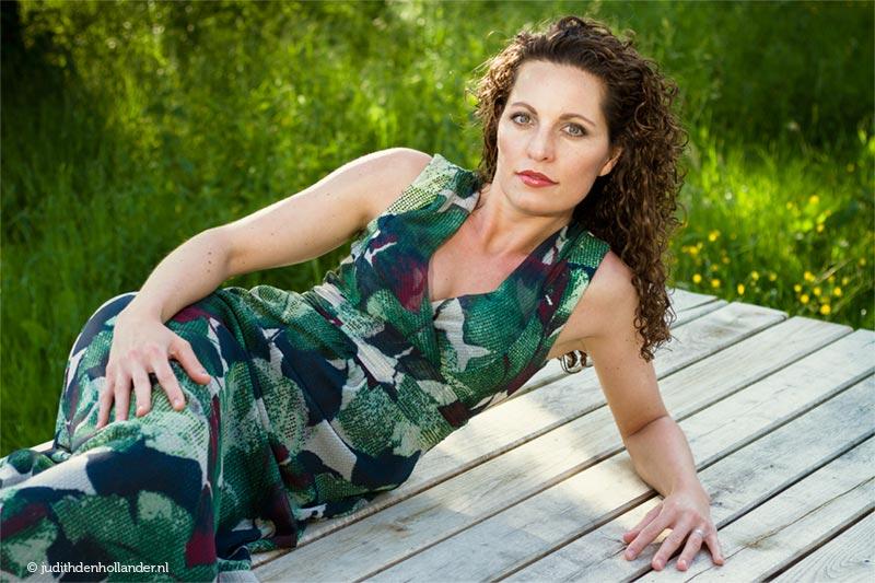 Fotokunst | Eigentijdse portretfoto | Eigentijdse portretfoto (beauty-glamour stijl) | Portret van een jonge vrouw gemaakt op een groene locatie | Buitenshoot | Fotograaf Judith den Hollander (Hasselt, Maastricht, Haarlem).
