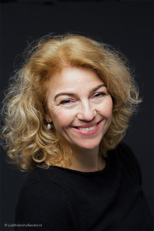 Klassiek beauty portret van een mooie vrouw | Donkere kleding en donkere achtergrond | Portretfotograaf Judith den Hollander (Haarlem, Maastricht).