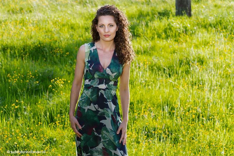 Een fotoserie gemaakt op een groene locatie. Lifestyle fashion flair.