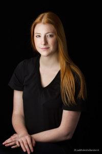 Classic portrait | Klassiek portret | Fotokunst | Mooi klassiek portret van een jonge vrouw met lang rood haar, opname met zwarte achtergrond | Fine art fotograaf Judith den Hollander (Hasselt, Maastricht en Haarlem).