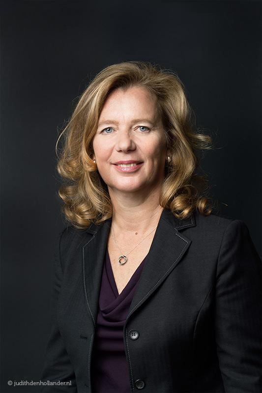 Zakelijke profielfoto | Haarlem | Portret van een zakenvrouw met een donkere achtergrond | gemaakt op locatie | Portretfotografie Judith den Hollander (Haarlem en Maastricht).